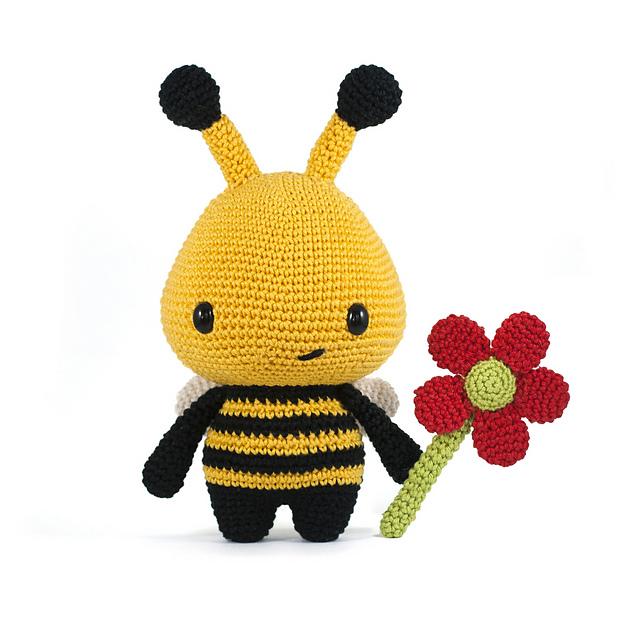 Crochet Bee Pattern - thefriendlyredfox.com | 640x640