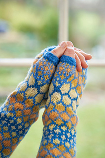 This is the Sky colourway of these armwarmers