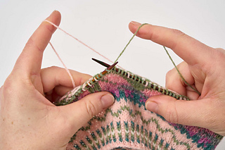 The pattern includes a full photo tutorial on catching floats with one yarn held in each hand.