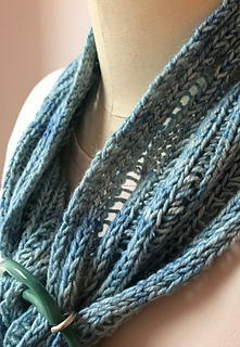 Vera neck detail. Yarn is suitable for transitional seasons!
