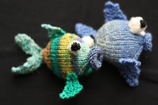 WIR STRICKEN BUNTE FISCHE | Fisch häkeln, Schlüsselanhänger häkeln ... | 213x320