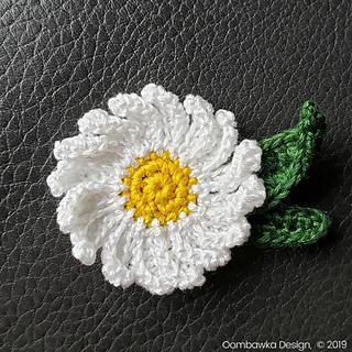 Daisy Brooch Pattern. Unblocked. Free Crochet Pattern. Oombawka Design. #CelebrateMomBlogHop