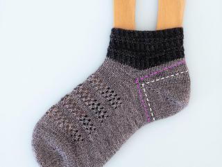Deeper than average short row heel for better fit. / 深めの履きやすい踵(白のラインが一般的な踵, ピンクがUtataneの踵)