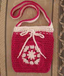 Small crochet bag in dark pink and cream