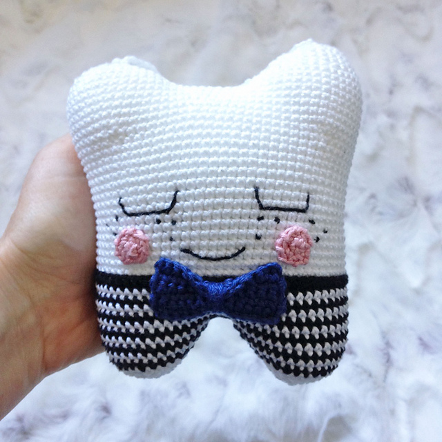 Crochet Tooth Fairy Pillow - Repeat Crafter Me | 640x640