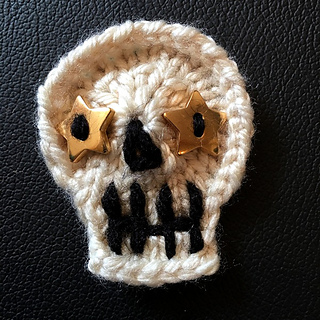20-peg Skully made with Loops & Threads Charisma in Off White with buttons for eyes.