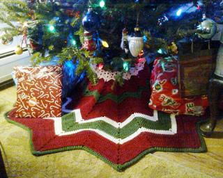 Mini Christmas Tree Skirt Pattern.Ravelry Christmas Tree Skirt Pattern By Donna Mason Svara