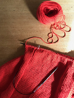 When making the edges for armhole, pull yarn tightly as if the stitch can maintain the size of the needle. アームホールのエッジを編む時は針の太さまできちんと糸を引いてくださいね。