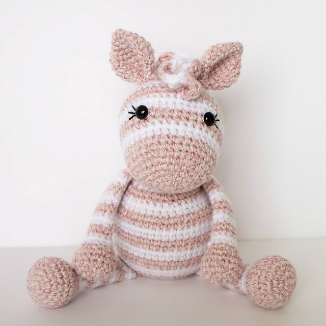 Free Crochet Zebra Pattern - thefriendlyredfox.com | 640x640